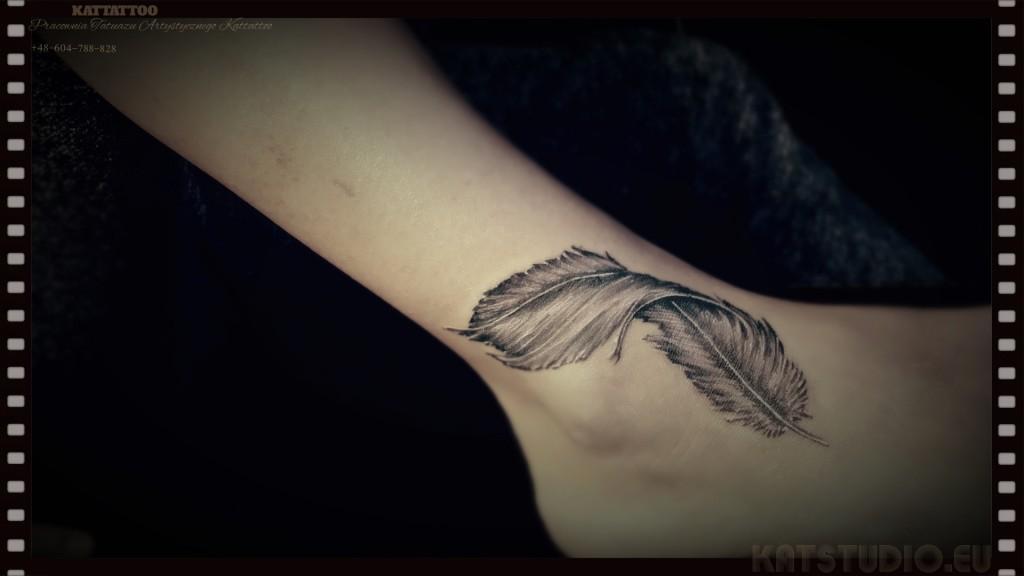 tatuaż kobiecy piórko