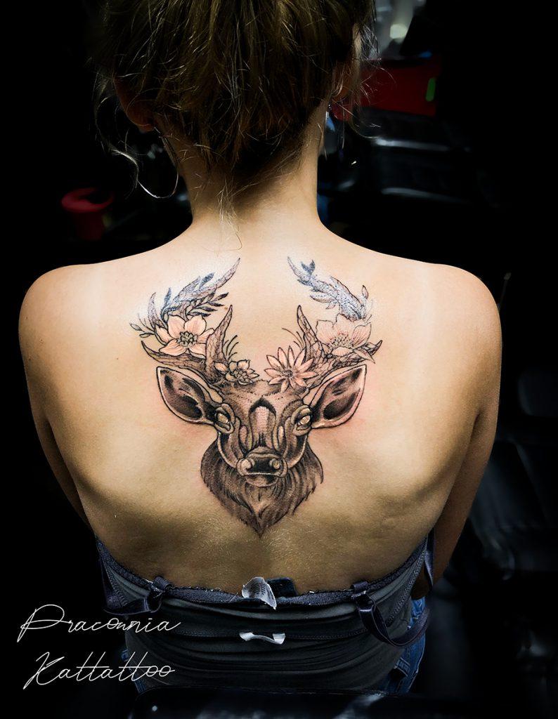 kobiecy tatuaż na plecach