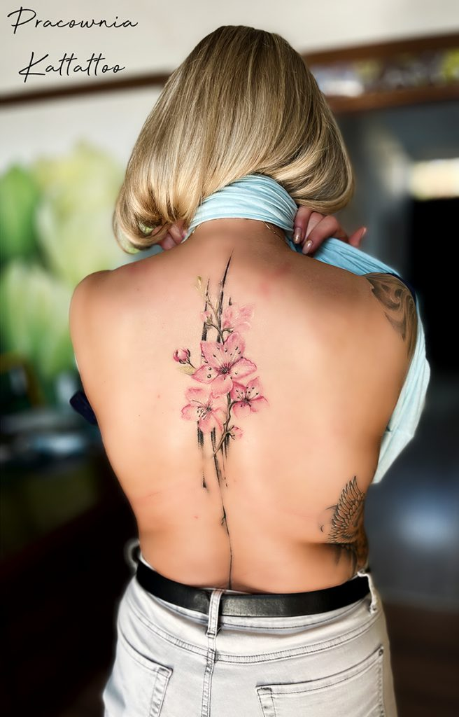tatuaż kwiaty na plecach